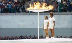 Cérémonies d'ouverture des jeux Olympiques de Montréal, 1976 Deux jeunes canadiens rayonnant  #histoire