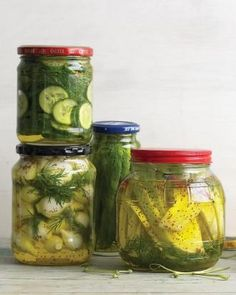 Fast Homemade Refrigerated Pickles: Good with burgers, grilled chicken, deli sandwiches, or hot dogs. Any sturdy glass jar (new or reused) works well for these quick pickles. Always clean and dry the jars before using. Homemade Pickles, Pickles Recipe, Butter Pickles, Canning Pickles, Homemade Food, Deli Sandwiches, Summer Jam, Home Canning, Canning 101