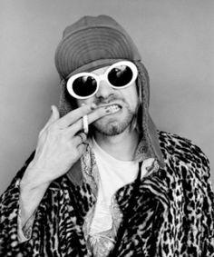 """Kurt Cobain  alguns meses antes dele morrer, em 1994 aos 27 anos. Ao Huffington Post, Frohman contou algumas curiosidades sobre o dia do shotting, como que a única exigência de Kurt foi """"um balde para vomitar"""" e que """"ele não tirava os óculos escuros, então eu não conseguia contato visual""""."""