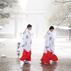 shinto priestess of Meiji Jingu Shrine Japanese Kimono, Japanese Girl, Winter In Japan, Shrine Maiden, All About Japan, Art Asiatique, Religion, Japanese Landscape, Photos Voyages