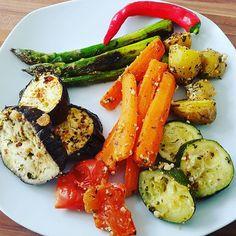 Unser heutiges Mittagessen - eine Gemüsegrillplatte mit Pfannen-Spargel. 100% #clean und mal wieder #vegan. Und wenn es der ganzen Familie schmeckt, dann hat man alles richtig gemacht 😃  --------  Today's lunch - a vegetable grilled platter with pans asparagus. 100% clean and again vegan. And if the whole family enjoys the taste, you've done an excellent job 😃