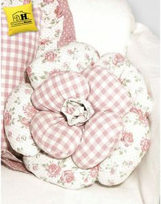 CUSCINI E COPRICUSCINI White Pillows, Diy Pillows, Decorative Pillows, Throw Pillows, Crafty Projects, Sewing Projects, Applique Pillows, Patchwork Cushion, Flower Pillow