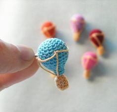 Broche con Globo Aerostático y Nubes tejidas al Crochet