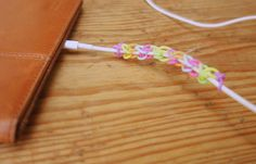 Ladekabel mit Loom Gummis verschönern / dress up your charging cable with loom rubber bands