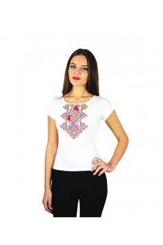 Футболка з білої бавовняної тканини з українською народною вишивкою.  Український стиль у футболки можна визначити 8fb0fe61c7957