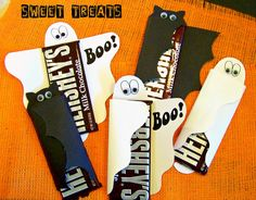 Ghost and bat candy bar wrappers: would make cute school treats or Halloween party favors Diy Halloween, Halloween Mono, Halloween Treats For Kids, Halloween Candy, Halloween Outfits, Holidays Halloween, Halloween Cupcakes, Happy Halloween, Halloween Costumes