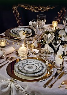 A decorated christmas dining table by pbombaert IFTTT Christmas Dining Table, Elegant Table Settings, Gold Wedding Decorations, Elegant Dining, Deco Table, Decoration Table, Dinner Table, Wedding Table, Wedding Reception