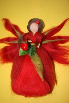 Jablíčková víla - cca 25 cm Víla je filcovaná jehlou na sucho z barvené ovčí vlny, vysokácca 25 cm, s jablíčkem. Víla je určena pouze pro dekoraci,lze zavěsit do dětského pokojíčku, ale není to hračka. Prosím neprat, možno jemně oluxovat či otřít vlhkým hadříkem.