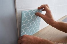 pose carrelage Round Bathroom Rugs, Bathroom Runner Rug, Bathroom Rug Sets, Bathroom Trends, How To Lay Tile, Laundry Room Bathroom, Bath Rugs, Home Staging, Designer Wallpaper