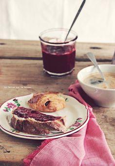 breakfast037vintage pains au chocolat, tresses au sucre, pain & confiture maison
