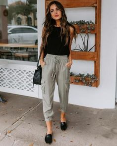 Summer Work Outfits, Spring Outfits, Summer Fashion Outfits, Jogger Pants Outfit, Women Joggers Outfit, Drawstring Pants Outfit, Black Joggers Outfit, Cuffed Joggers, Drawstring Waist