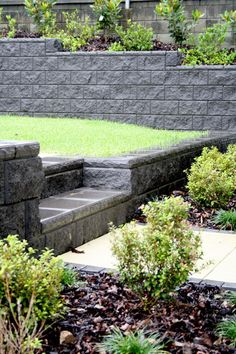 35 Inspiring Retaining Wall Ideas Uses that Will Blow Your Mind - homelovers Retaining Wall Steps, Backyard Retaining Walls, Concrete Retaining Walls, Sloped Backyard, Sloped Garden, Backyard Patio, Retaining Wall Blocks, Concrete Wall, Outdoor Landscaping