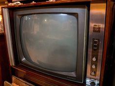 Televisor vintage años 60 con mueble de madera. http://depostvent.mabisy.com/televisor-vintage-anos-60_p760394.htm
