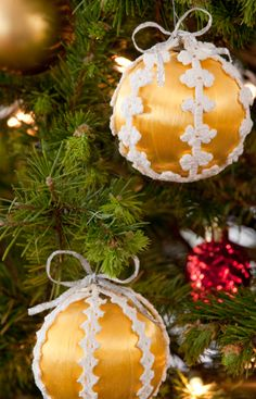Lacy Christmas Ornaments, http://www.redheart.com/free-patterns/lacy-christmas-ornaments#