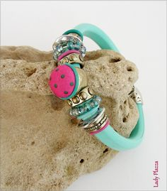 Bracelet Cuir bleu-turquoise - Cabochon, perles cristal, métal - sur mesure : Bracelet par ladyplazza Bleu Turquoise, Bracelet Cuir, Bracelets, Accessories, Etsy, Jewelry, Crystal, Unique Jewelry, Hands