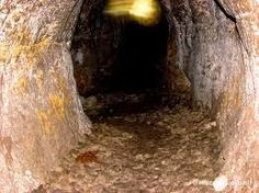 Anjo Nice: Diante de uma caverna.