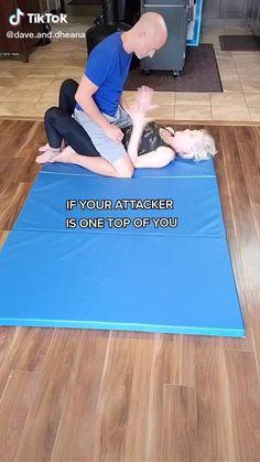 Techniques D'autodéfense, Martial Arts Techniques, Self Defense Techniques, Survival Life Hacks, Survival Tips, Survival Skills, Self Defense Moves, Self Defense Martial Arts, Girl Life Hacks