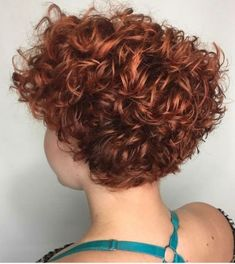 Photo: Look 2019 avec les cheveux courts - Today Pin Short Curly Hairstyles For Women, Curly Hair With Bangs, Haircuts For Curly Hair, Curly Hair Cuts, Wavy Hair, Short Hair Cuts, Curly Hair Styles, Short Curls, Hair Day