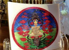 Este é uma amuleto da forma irada de Padmasambhava, Dragphur, um escudo para os demônios gyalpo. É um tesouro da Linhagem de Dudjom Tersar. Os escorpiões de ferro são protetores (Guru Rinpoche) que devoram as negatividades e obstáculos, representadas pelo corpo humano. Uma imagem extremamente poderosa, esta Terma é tradicionalmente [...]