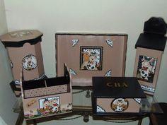 Kit de cozinha em mdf contendo porta guardanapo de rolo, bandeja, puxa saco, porta talheres e porta cha da vaquinha tecnica decouoage