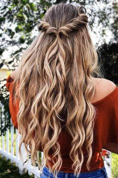 if you want some different hairdo for your hair for this spring season then you should go with our provided collection of spring hairstyles for curly hair. So do not delay check them out! peinados 10 Most Charming Spring Hairstyles For Curly Hair Spring Hairstyles, Braided Hairstyles, Wedding Hairstyles, Hairstyles Haircuts, Bridesmaid Hairstyles, Curly Hairstyles For Prom, Hair Down Hairstyles, Hairdos, Dance Hairstyles