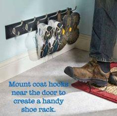 Wenn deine Kinder immer ihre Schuhe suchen, montiere so eine Leiste direkt neben der Haustür an.