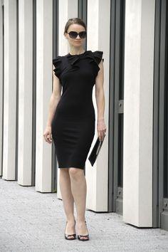 Kaum ein anderes Kleid hat die Modewelt so revolutioniert wie das kleine Schwarze. Es war Coco Chanel, die das knie kurze Kleid einst erfand und damit eine wahre Protestwelle auslöste. Zu kurz, zu …