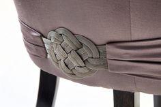 Tekli koltuğun can alıcı kısmı tasarım bütünlüğünü tamalıyor.