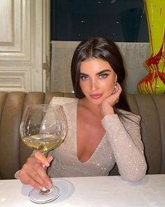 Watch and command live girls for free on FreeBestCams . Elegantes Outfit Frau, Glamouröse Outfits, Look Kylie Jenner, Foto Casual, Instagram Pose, Insta Photo Ideas, Brunette Beauty, Bad Girl Aesthetic, Rich Girl
