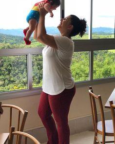 Ahhh a maternidade pode ser leve :) Adorei a Malu @universodalizebel com a Tatá Calça! . . .  A Tatá Calça Flare é uma calça com cintura mais alta  com tecido elástico e confortável. Ela molda bem ao corpo  não marca e valoriza uma grande qualidade sua: ser mãe!  É um produto real para um corpo real e para uma mãe real ;) . . . . #comtataslings #calcaflare #combotataslings #tataflare #calcademae #calçaflare #calçamoda #modamae  #comtataslings #tataslings #amoremformadepano #colo…