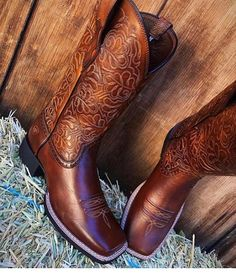 If you want to find very comfortable wedding shoes you have two top choices, one is to wear cowgirl wedding boots (as many of our readers choose). However, cowgirl boots aren't for everyone, even i… Cute Cowgirl Boots, Rodeo Boots, Cowgirl Outfits, Cute Boots, Cowboy Boots Women, Western Wear, Western Boots, Ariat Boots Womens, Estilo Cowgirl