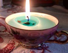 Kirpparikahvikuppi saa uuden elämän . Vanhoista kynttilän jäämistä uusia kynttilöitä