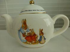 This would be perfect for a Beatrix Potter inspired teatime! Royal Doulton, Teapots Unique, Vintage Teapots, Beatrice Potter, Teapot Cookies, Dream Tea, Teapots And Cups, Chocolate Pots, Peter Rabbit