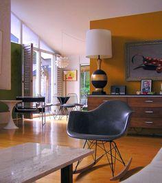 Mooie comfortabele en duurzame schommel kuipstoel met armleuningen en een elegant onderstel. Stijlvolle replica van het bekende tijdloze ontwerp van Charles Eames. Verkrijgbaar in meerdere kleuren! www.gooodz.com