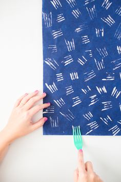 Create DIY holiday gift wrap using a plastic fork-- just one of 7 ways to create patterned gift wrap using items you probably already have in your house. Diy Wrapping Paper, Creative Gift Wrapping, Creative Gifts, Diy Paper, Wrapping Presents, Wrapping Papers, Craft Gifts, Diy Gifts, Handmade Gifts