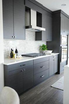 cuisine amenage meubles en couleur gris comptoir en blanc