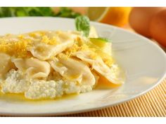 Do mąki wbij jajko, dodaj szczyptę soli, wlej szklankę gorącej wody i połowę rozpuszczonego masła...