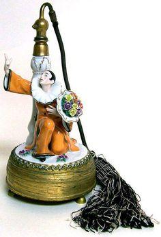Art Déco - Atomiseur 'Pierrot au Bouquet' - Porcelaine et Bronze Doré - Années 20