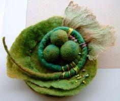 Felted Green Pin Brooch Corsage par makeyourpresentsfelt sur Etsy