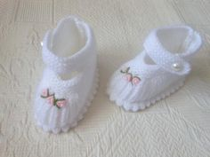 This Pin was discovered by hab Baby Shoes Pattern, Knitted Baby Clothes, Crochet Baby Shoes, Crochet Baby Booties, Crochet Slippers, Knitting For Kids, Baby Knitting Patterns, Baby Patterns, Crochet Bolero Pattern