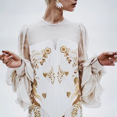 mame kurogouchiさんはInstagramを利用しています:「今期スペシャルピースのドレスの刺繍は私が旅の中で出会った八丈島の伝統工芸である黄八丈の糸で。草木染めなのに輝く黄金色は正に錦繍。#mame #mamemamemame #2015ss」