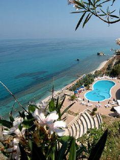 Villaggio Marco Polo, Ricadi - Capo Vaticano, Kalábrie, Itálie, blízko pláže s bílým pískem, blízko starobylého městečka Tropea, panoramatický výhled, venkovní bazén, parkoviště,  WiFi, pes povolen, tyrhénské pobřeží Kalábrie, plážový servis, obchod, bar, restaurace,  amfiteátr, fotbalové hřiště, tenisový kurt, recepce,  dovolená u moře, rodinná dovolená, letní dovolená, dovolená v jižní Itálii, dovolená v Kalábrii, ubytování v apartmánech.