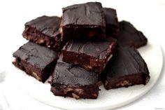 Coś dla wielbicieli zdrowych słodkości – brownie bez tłuszczu, cukru, mąki, bez nabiału i bez glutenu:) To z czego właściwie jest? Jedynie z kilku zdrowych składników… Takie ciacho z powodzeniem możecie jeść na obiad;) Wykonanie: Buraki gotuję w łupinach. Kaszę jaglana dokładnie przepłukuję wodą, zalewam mlekiem roślinnym i gotuję, aż będzie bardzo miękka (ok. 20 […] Healthy Recepies, Healthy Smoothies, Healthy Desserts, Healthy Food, Healthy Eating, Crockpot Recipes, Vegan Recipes, Cooking Recipes, Cooking Ideas