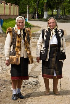 Romanian Costumes from Bucovina - CC BY-NC-SA marches-lointaines.com