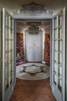 В Париже почти каждая квартира — это про искусство, творчество, историю, но нередко также и про яркие краски. Всё это есть в замечательных апартаментах рядом со знаменитой Оперой Гарнье — в основу их обновлённых интерьеров легла роскошная художественная лепнина на потолках и великолепные классические дверные рами. Наполняя пространства мебелью, дизайнер решил действовать смело — мягкая... Country House Interior, French Interior, Interior Design, Bertoia, Classic Doors, Welcome To My House, Parisian Apartment, Paris Photos, Home Decor Inspiration