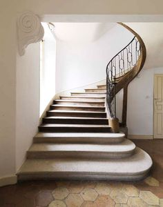 Elegant, organic staircase. L'HOTEL DES TAILLES. Image by Nicolas Buisson