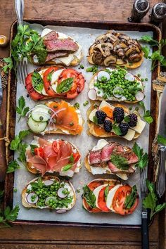 Toast Toppings: Roast Beef, Pesto and Brie; Caprese with bals. Quick Healthy Breakfast, Healthy Snacks, Healthy Eating, Healthy Recipes, Yummy Snacks, Yummy Recipes, Cake Recipes, Appetizers For Party, Appetizer Recipes