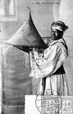 """From old postcard: """"Fez Cordon Bleu slave"""" From : Les femmes du Maroc d'antan ou l'incarnation de la puissance féminine"""