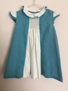 vestido de lino y algodón con nido de abeja (punto smock) y manga y cuello de volante