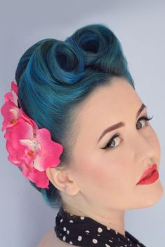 24 Modern-To-Vintage Victory Rolls Styles To Add Some Pin-Up Vibes , Victory Rolls With Flowers Updo ❤️ Fancy pulling off the good-old victory rolls? Let us show you how to do that in the modern worl. Vintage Hairstyles Tutorial, 1940s Hairstyles, Hairstyles With Bangs, Ponytail Hairstyles, Modern Hairstyles, Updos, Bridesmaid Hair Vintage, Vintage Wedding Hair, Medium Hair Cuts